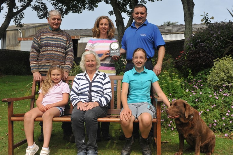 llewellin family with award_79909