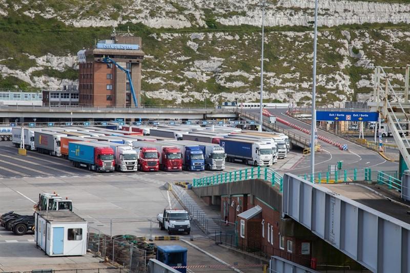 Lorries at port _76378